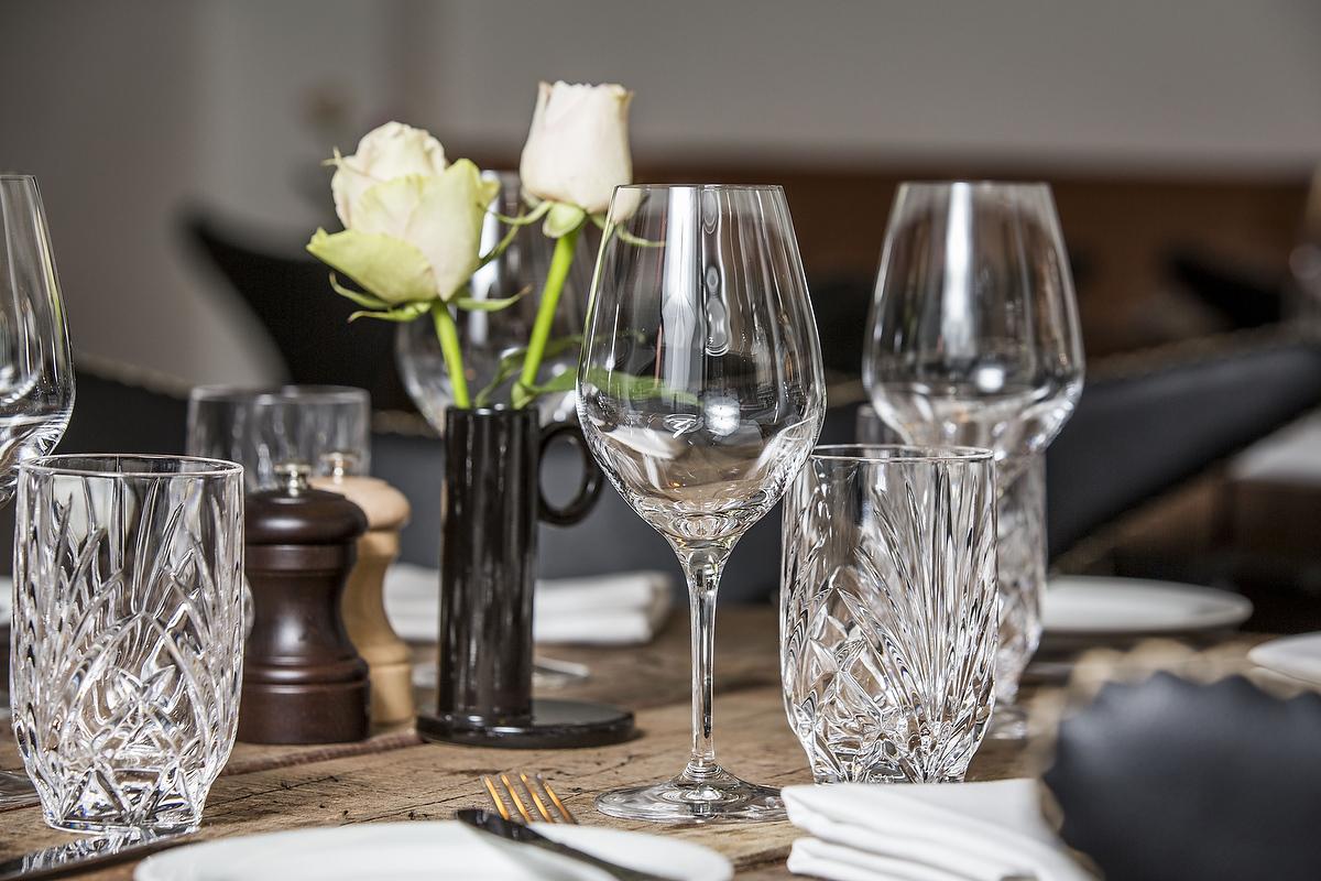 Restauranten er rustikt indrettet med borde af maritimt patineret bolværk