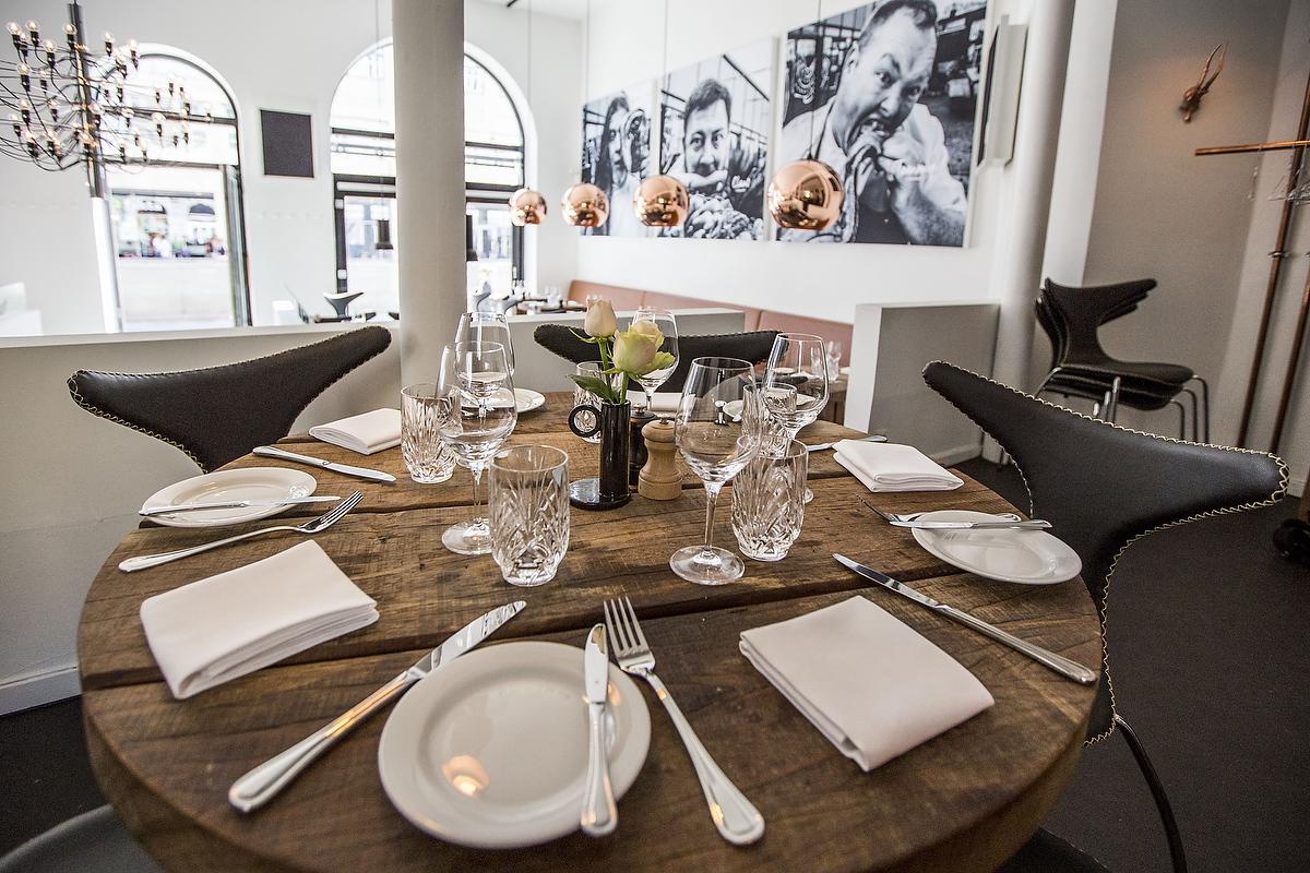 Billederne af indehaverne blev blæst op i 170x170 cm på lærred og brugt som kombineret udsmykning og akustikløsning i restauranten.