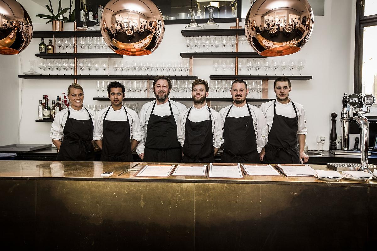 Køkkenpersonalet på Restaurant UMAGE. Gad du godt spise et måltid mad lavet af de her rare mennesker?