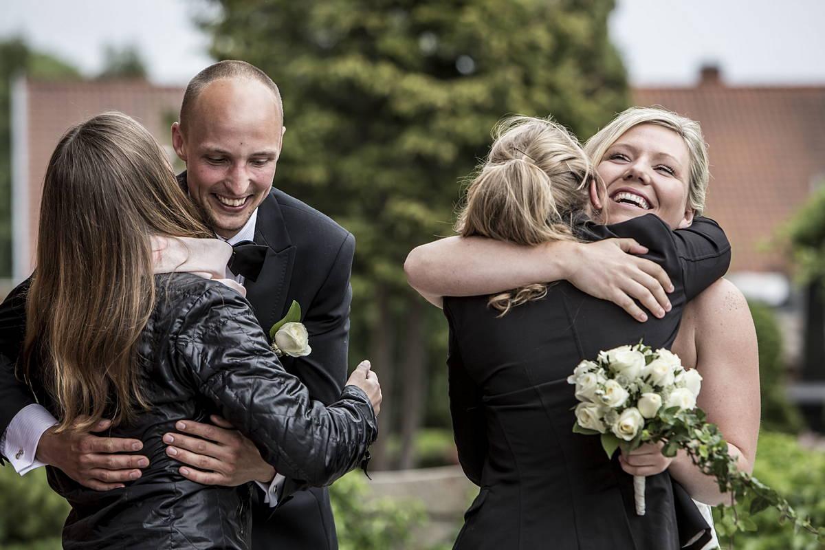 Familie og venner lykønsker parret