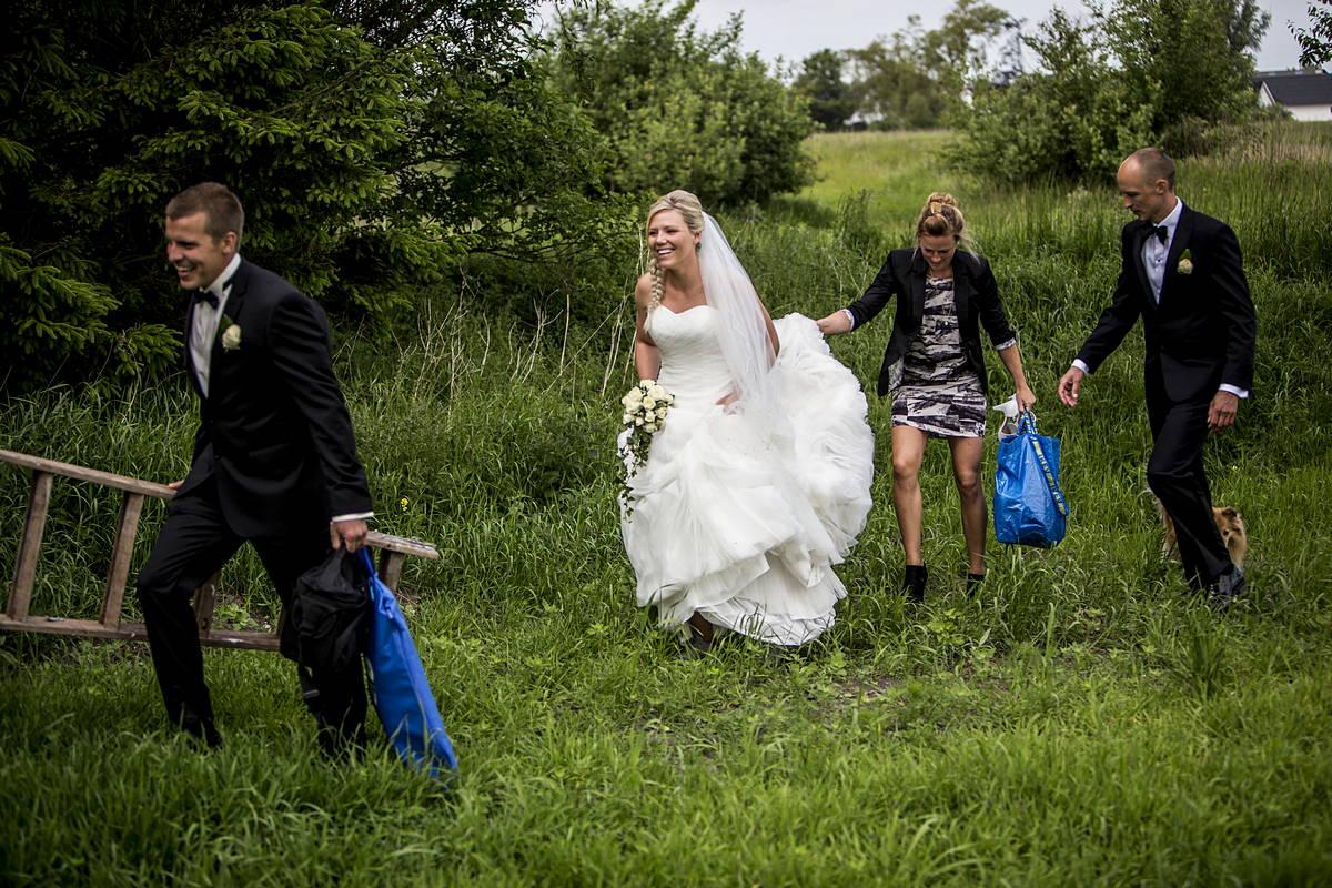 Så gik vi af sted for at tage selve bryllupsportrætterne. Lines veninde havde fået tjansen at holde øje med hår og makeup, og Simons forlover var med som slæbedyr. Trappestigen var for at få lidt forskellige vinkler på billederne.