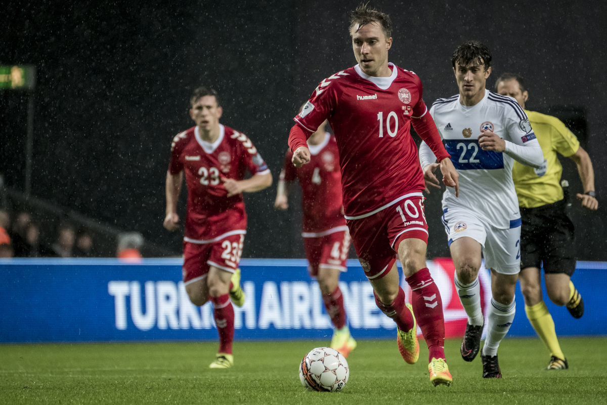 Denmark vs Armenia (World Cup qualification match) It was raining heavily this evening, but luckily the X-Pro2 and the 100-400 are weather sealed. X-Pro2 – 100-400 @ 400 mm – ISO 5000 – f/5.6 – 1/1000 sec